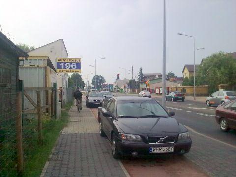 Radom. Zastawiona droga rowerowa na ul. Słowackiego