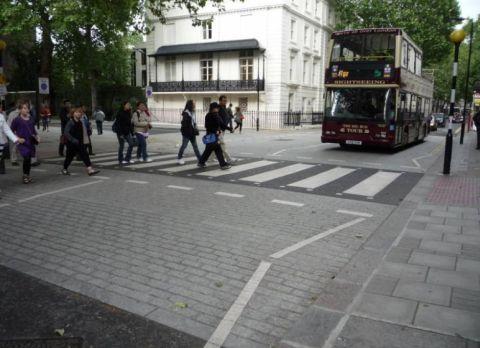 Londyn. Wyniesione przejście dla pieszych (w tym wypadku łącznie z tarczą skrzyżowania)