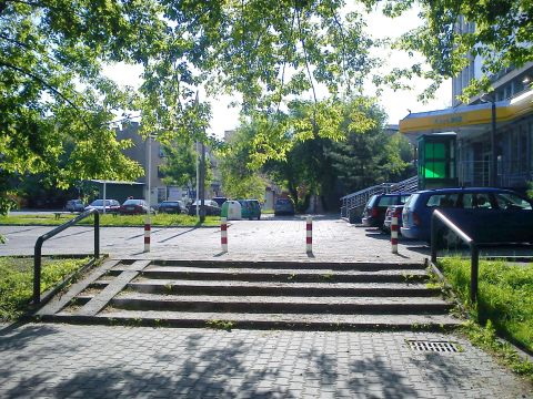 Radom. Słupki uniemożliwiające parkowanie i blokadę zjazd wózków dziecięcych przy BGŻ