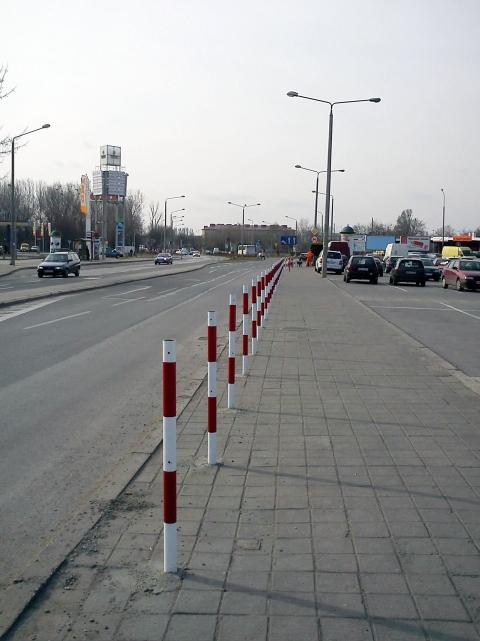 Radom. Słupki blokujące nielegalne parkowanie na ul. Wernera