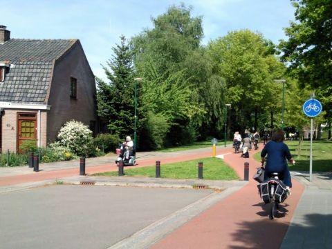 Holandia. Prawidowo zakonczona droga rowerowa na slepiej ulicz