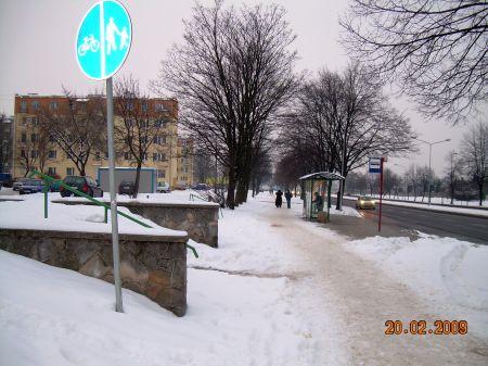 Radom. Droga rowerowa na ul. Maratońskiej w śniegu