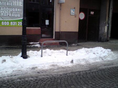 Radom. Zaśnieżone stojaki na ul. Moniuszki
