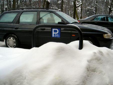 Radom. Stojak w śniegu na ul. Słowackiego