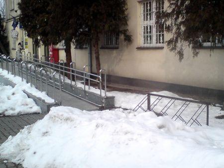 Radom. Zaśnieżony stojak Poczta Polska