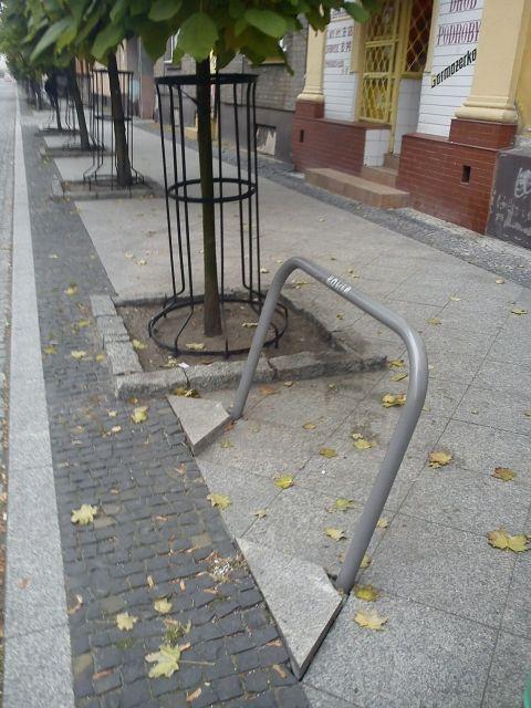 Radom. Zniszczony stojak rowerowy na ulicy Moniuszki