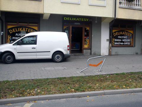 Radom. Zniszczony stojak rowerowy na ulicy Reja