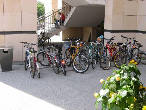 Warszawa. Stojaki rowerowe przed Centrum Handlowym Arkadia