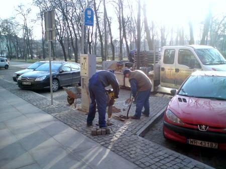 Radom. Montaż stojaków na ul. Słowackiego