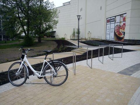Radom. Stojaki rowerowe przed Centrum Słonecznym