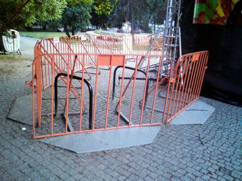 Radom. Uwięzione stojaki rowerowe na ulicy Żeromskiego