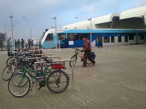 Lublin. Prawidłowe stojaki rowerowe przed terminalem Portu Lotniczego Lublin