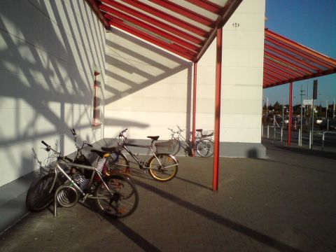 Radom. Stojak rowerowy przed M1