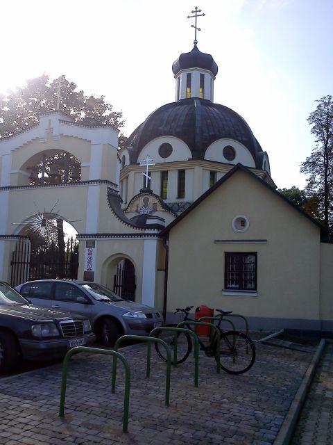 Radom. Stojaki rowerowe przed Parafia Świętego Mikołaja na ulicy Warszawskiej