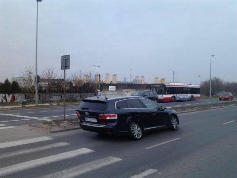 Radom. Ulica Szarych Szeregów przystnek zlokalizowany przed przejściem dla pieszych
