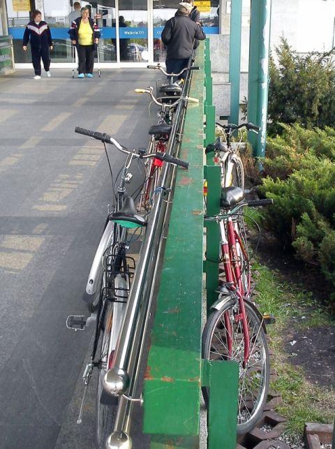 Radom. Rowery przed szpitalem na Józefowie