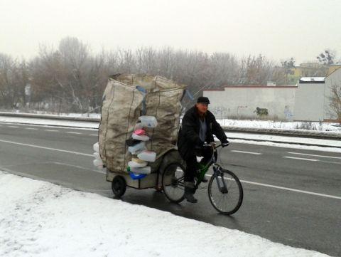 Radom. Ulica Szarych Szeregów, rower dostawczy w akcji