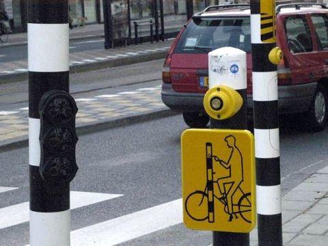Amsterdam. Tabliczki przy przejeździe rowerowym
