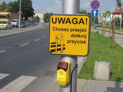 Radom. Tabliczki przy przejeździe rowerowym