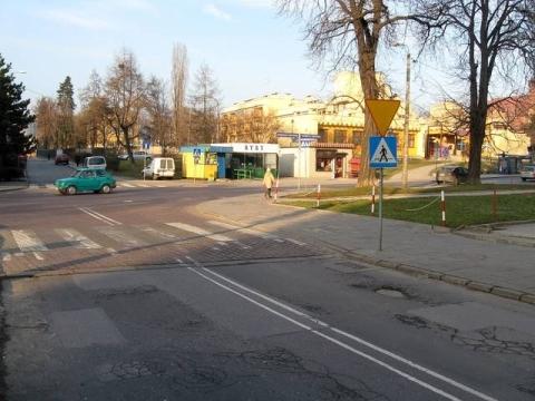 Kraków. Wyniesiona tarcza skrzyżowania z kusującymi po niej autobusami