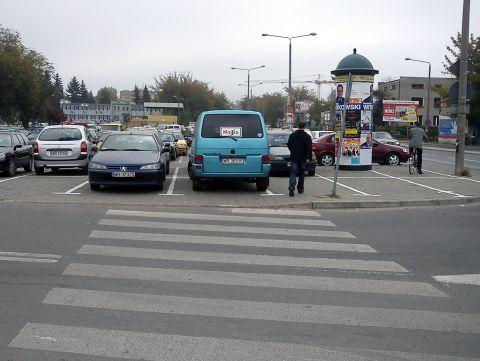 Radom. Nielegalne miejsca parkingowe na przejściu dla pieszych