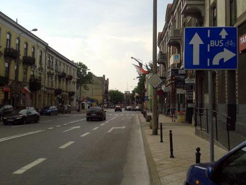 Radom. Ulica Traugutta, rower i autobus na wprost