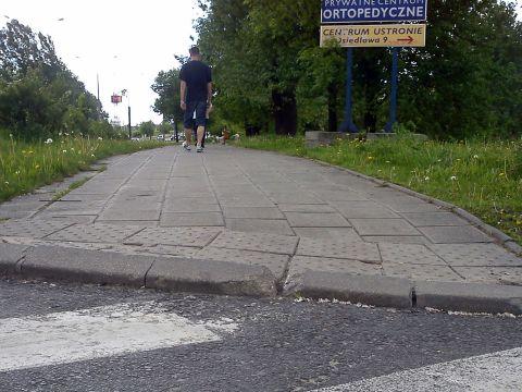 Radom. Niewidzialne infrastruktura rowerowa - wystarczy tylko skuć kawałek krawężnika