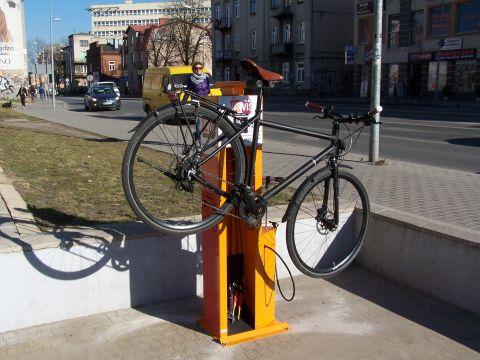 Radom. Pierwsza publiczna stacja naprawy rowerów IBOMBO. Fundator: Vis a vis, ul. Chrobrego