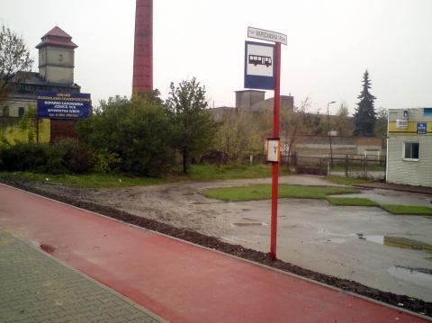 Radom. Ul. Warszawska, słupek przystankowy przy drodze rowerowej
