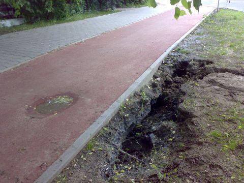 Radom. Ul. Warszawska, zapadnięta droga rowerowa