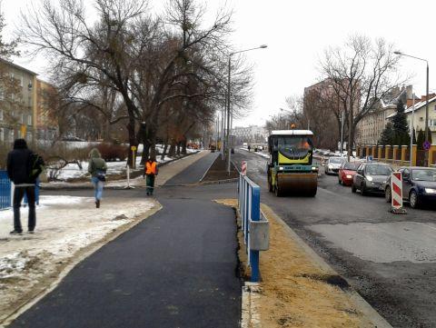 Radom. Budowa drogi rowerowej na ul. Warszawskiej. Masa bitumiczna rozściełana w temperaturze 0 stopni Celsjusza
