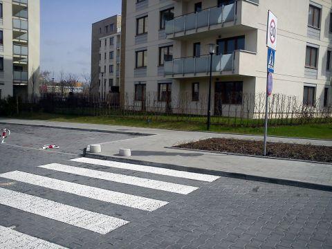 Radom. Ulica Zegara Słonecznego i wysokie krawężniki