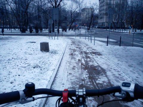 Radom. Śnieg na drodze rowerowej