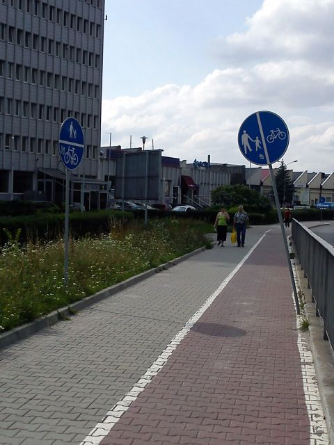 Radom. Przekrzywiony znak na drodze dla rowerów