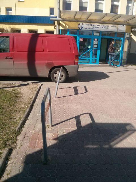Radom. Zniszczone stojaki przez przychodnią na ul. Lekarskiej