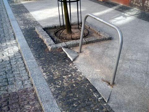 Radom. Zniszczony stojak na ul. Moniuszki